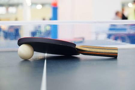 Racket voor tennis en een bal Stockfoto