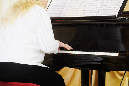 clavier: girl plays the piano during a concert Stock Photo