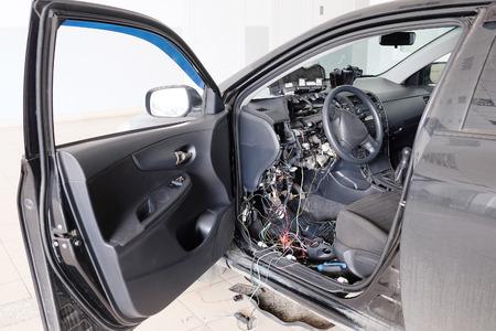 Het beeld van de auto met gedemonteerde elektrische bedrading