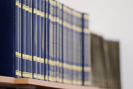 Het beeld van boeken op de plank in een bibliotheek. De boeken op de achtergrond zijn wazig Stockfoto