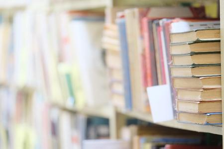 biblioteca: La imagen de los libros en el estante de una biblioteca. Los libros sobre el fondo están borrosas