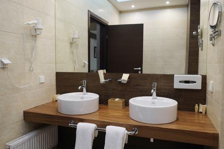 Binnenland van een hotelbadkamers