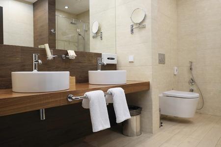 bathroom tiles: Interno di un bagno dell'hotel Archivio Fotografico