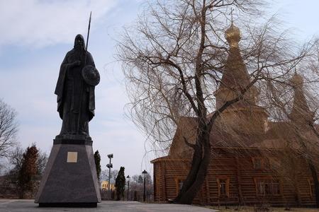 sotana: Bryansk, Rusia, marzo 28, 2015: Monumento de los Mártires Alexander Peresvet, Bryansk