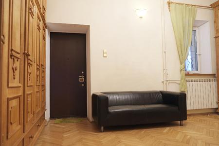 arredamento classico: Divano in pelle all'interno della casa