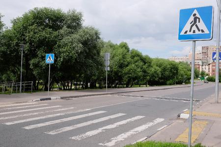 paso de cebra: La imagen de un paso de peatones