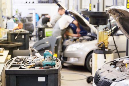 garage automobile: Int�rieur d'un atelier de r�paration de voiture