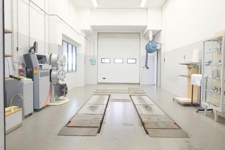 mecanica industrial: Interior de una tienda de reparaci�n de autom�viles Foto de archivo