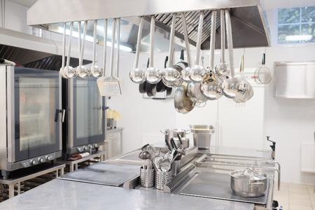cocinas industriales: Cocina profesional en un restaurante Foto de archivo
