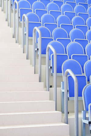 salle de sport: blue grandstand sports hall Banque d'images