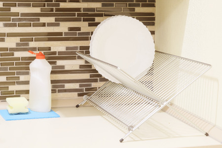 wash dishes: La placa en los platos de secado y lavado