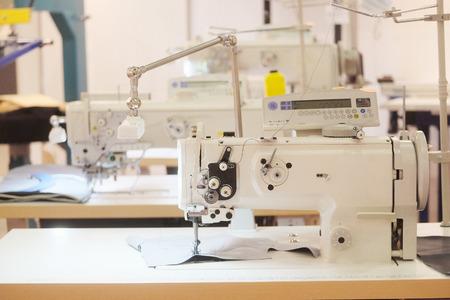 maquinas de coser: mesa con la m�quina de coser profesional Foto de archivo