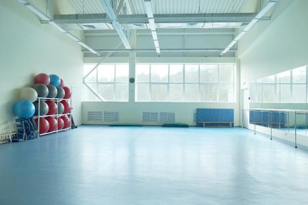 Interieur van een fitness zaal met sportartikelen