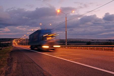 Vrachtwagen op een snelweg in de nacht