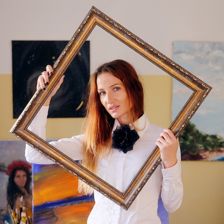 portret: Portret of an artist with a frame