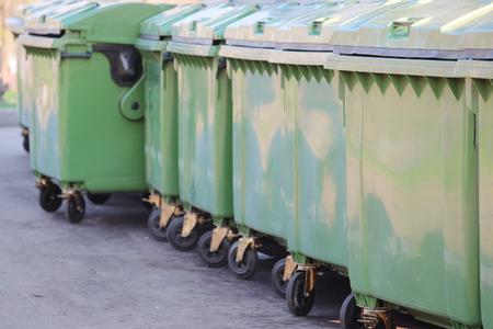 basura: la imagen de unos contenedores de basura Foto de archivo