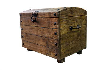 cofre del tesoro: Cerrado el pecho de madera aislada en el fondo blanco