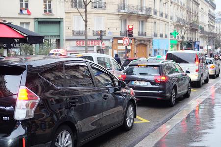 mermelada: París, Francia 9 de febrero de 2016: atasco de tráfico en una calle de un centro de París, Francia Editorial