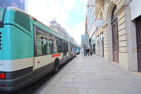 motor de carro: París, Francia 6 de febrero de 2016: Parada de autobús en la calle de París, Francia Editorial