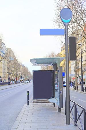 motor de carro: Par�s, Francia 6 de febrero de 2016: Parada de autob�s en la calle de Par�s, Francia Editorial