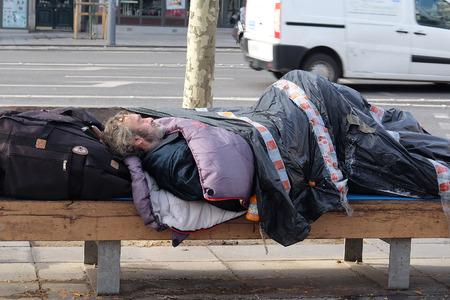 París, Francia, 11 de Febrero, 2016: personas sin hogar en un centro de París, Francia.