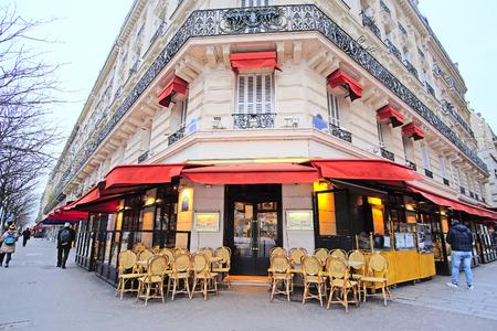 Parijs, Frankrijk, 7 februari 2016: straat cafe in Parijs, Frankrijk