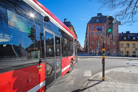 motor de carro: Estocolmo, Suecia - Marzo 16, 2016: autob�s en el centro de Estocolmo, Suecia