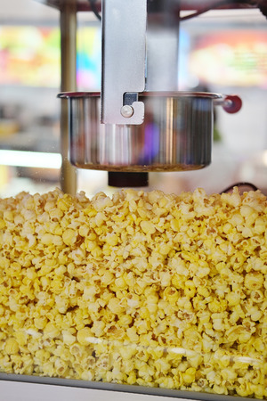 automat: Popcorn into a popcorn machine