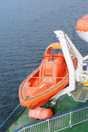 salvavidas: barco de la vida a bordo de un barco de cruceros