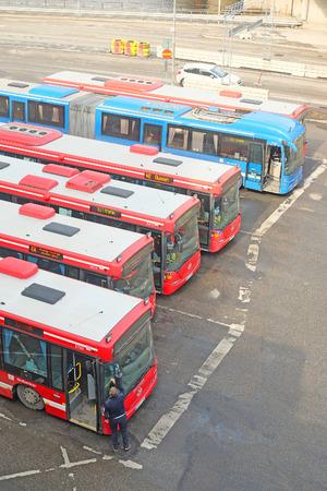 motor de carro: Stockholm, Sweden - April, 5, 2016: buses in the center of Stockholm, Sweden Editorial