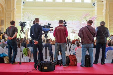 Moscú, Rusia - mayo 23, 2016: periodistas en la rueda de prensa dedicada a los viajes del teatro La Scala de Moscú.