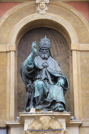 BOLOGNA, ITALIEN - 28. Dezember 2015: Papst Gregor XIII Statue auf König Enzo Palast in Bologna Hauptplatz Editorial