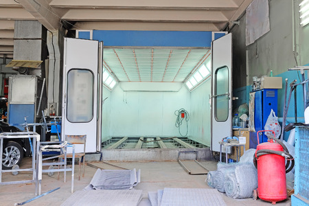 la cámara de pintura del coche en un taller de carrocería