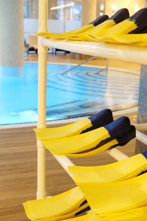 flippers: Tienda de aletas en una piscina
