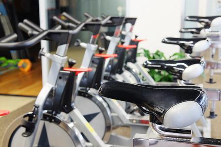 Binnenland van een moderne fitnesszaal met de oefeningsfietsen