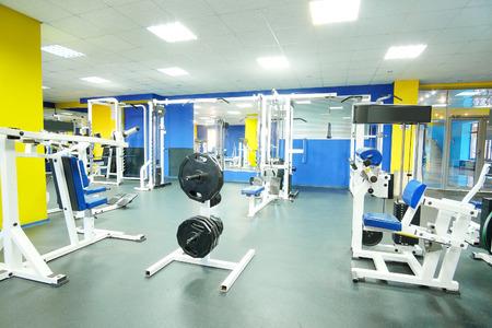 Intérieur d'une salle de fitness avec nécrophages et d'autres équipements sportifs