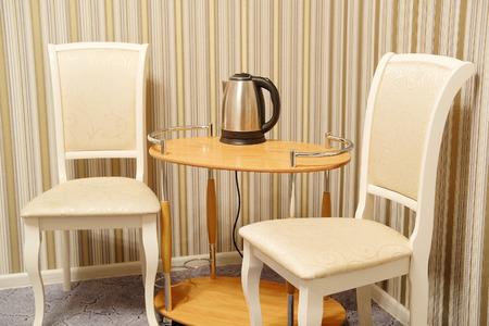 호텔 객실의 테이블과 의자