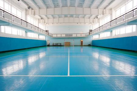 terrain de handball: Intérieur d'une salle de sport pour le football ou le handball