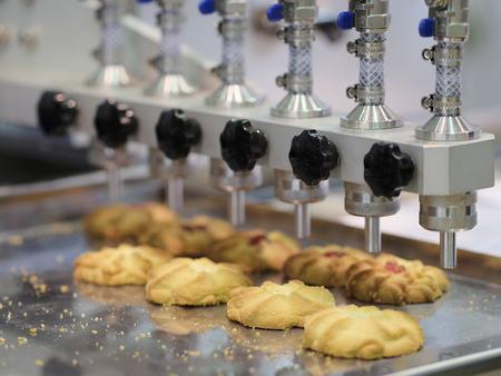 Keksproduktion in einer Bäckerei Standard-Bild - 75406659
