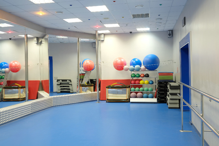 Interior de una sala de deportes y el baile Foto de archivo - 77072532