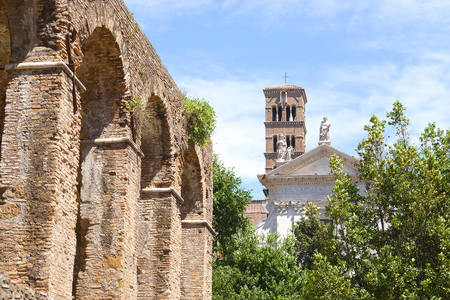 exposición: Roma, Italia - 2 de julio de 2017: fragmento de una exposición del museo al aire libre situado en el sitio de excavación de un antiguo Foro Romano en un centro de Roma, Italia Editorial