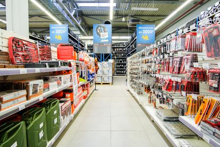 Klimovsk, regione di Mosca, Russsia - 16 ottobre 2017: l'interno del negozio delle componenti dell'automobile a Klimovsk, Russia Editoriali