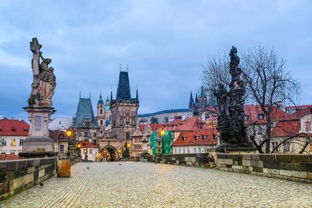 Prag, Tschechische Republik - 23. November 2017: Nachtansicht zur Charles-Brücke in der Mitte von Prag Standard-Bild - 91571232