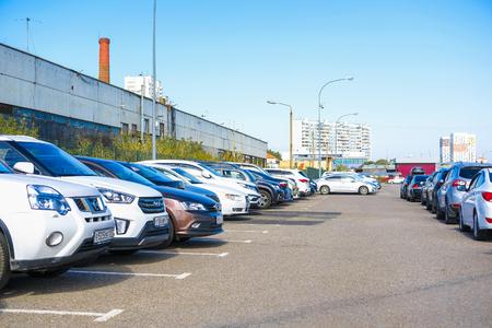 Moskau, Russland - 15. September 2018: Autos auf dem Abfangparkplatz nahe der U-Bahnstation Annino in Moskau