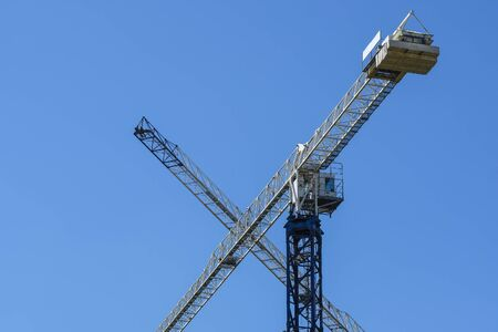 image of a tower crane at the construction site of a residential house Stockfoto