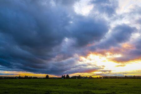 Paysage avec l'image de la campagne au coucher du soleil