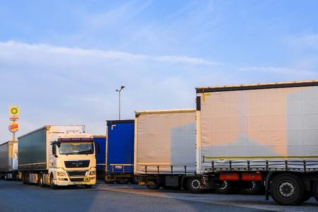 Région de Varsovie, Pologne - 1er août 2019 : camions sur un parking en Pologne