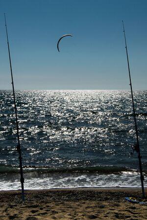 Cañas de pescar en el mar con kitesurf
