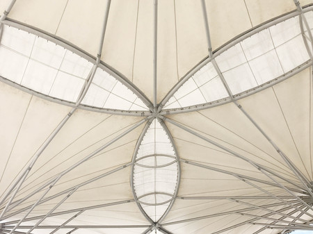 Bottom view of white canvas roof, architecture concept 版權商用圖片 - 88466255