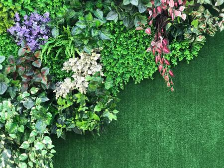 Mooie muur van diverse kunstmatige klimplantinstallatie voor achtergrond Stockfoto